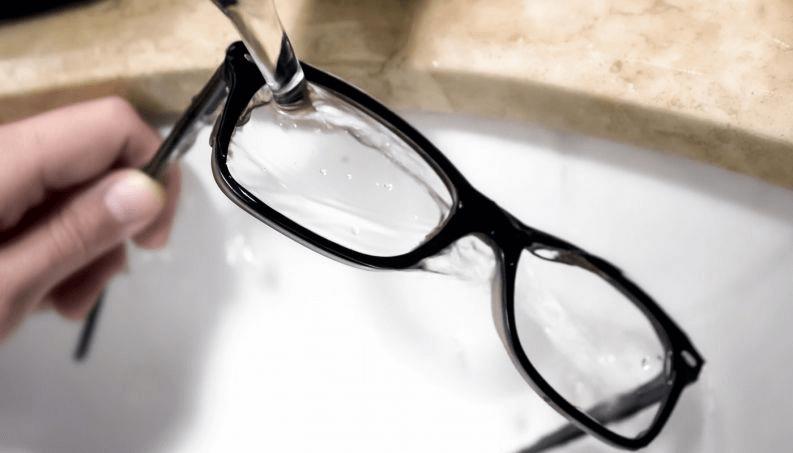 Lavar seus óculos é bem simples, basta utilizar um sabão ou detergente  neutro e água! Pode lavar na torneira mesmo, esfregando suavemente as lentes  com as ... dbc63e2eb6
